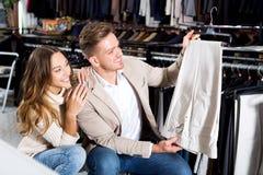 Couples examinant de divers pantalons Photos stock