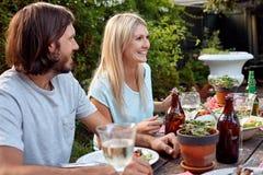 Couples extérieurs de dîner Photographie stock