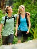 Couples extérieurs heureux images libres de droits