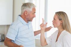 Couples fâchés ayant un argument images libres de droits