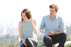 Couples fâchés discutant dehors Photographie stock