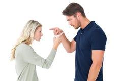 Couples fâchés faisant face pendant l'argument Photographie stock libre de droits