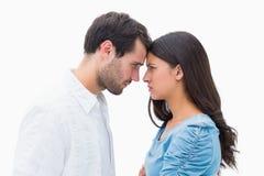 Couples fâchés regardant fixement l'un l'autre Image libre de droits