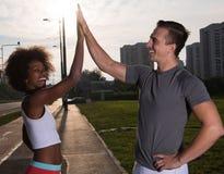 Couples félicitant sur des ginis de course de matin Photo libre de droits