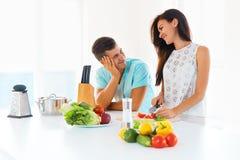 Femme sexy faisant cuire dans la cuisine image stock image du femme sinc re 21509763 - Couple faisant l amour dans la cuisine ...