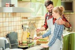 Couples faisant cuire des oeufs Photos stock