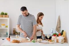 Couples faisant cuire la cuisine de nourriture à la maison Photos stock