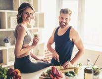 Couples faisant cuire la nourriture saine Photos stock