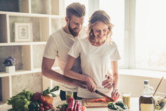 Couples faisant cuire la nourriture saine Image stock
