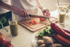 Couples faisant cuire la nourriture saine Images stock