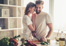 Couples faisant cuire la nourriture saine Photos libres de droits