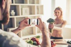 Couples faisant cuire la nourriture saine Images libres de droits