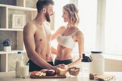 Couples faisant cuire la nourriture saine Photo stock