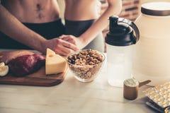 Couples faisant cuire la nourriture saine Image libre de droits