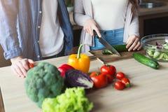 Couples faisant cuire la nourriture saine ensemble Photos stock