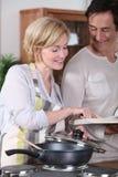 Couples faisant cuire le dîner Photographie stock