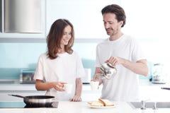 Couples faisant cuire le petit déjeuner Photographie stock libre de droits