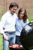 Couples faisant cuire sur le barbecue Image libre de droits