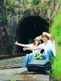 Couples faisant de l'auto-stop Photographie stock libre de droits