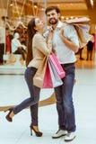 Couples faisant des achats Photos libres de droits
