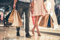 Couples faisant des achats Photos stock