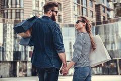 Couples faisant des achats Photographie stock libre de droits