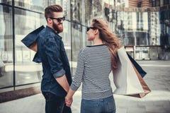 Couples faisant des achats Photographie stock