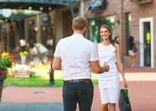 Couples faisant des achats dans le jour de valentines Images stock
