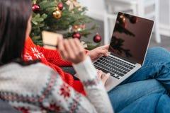 Couples faisant des emplettes en ligne à Noël Images stock