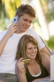 Couples faisant des emplettes en ligne Images stock