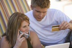 Couples faisant des emplettes en ligne Photographie stock libre de droits