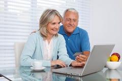 Couples faisant des emplettes en ligne Images libres de droits