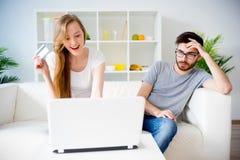 Couples faisant des emplettes en ligne Photos stock