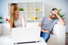Couples faisant des emplettes en ligne Photos libres de droits