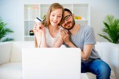 Couples faisant des emplettes en ligne Photo stock