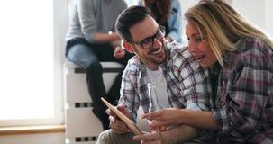Couples faisant des emplettes en ligne utilisant le comprimé Photo libre de droits