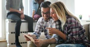 Couples faisant des emplettes en ligne utilisant le comprimé Image stock