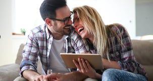 Couples faisant des emplettes en ligne utilisant le comprimé Image libre de droits