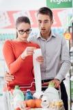 Couples faisant des emplettes et vérifiant un reçu photos libres de droits