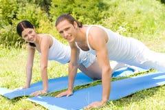 Couples faisant des exercices de forme physique Image libre de droits
