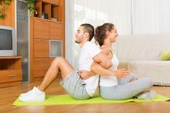 Couples faisant des exercices physiques réguliers ensemble Image stock