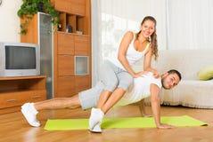 Couples faisant des exercices physiques réguliers ensemble Photo libre de droits