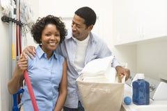 Couples faisant des travaux du ménage image libre de droits