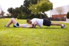 Couples faisant l'exercice et des baisers Photos stock