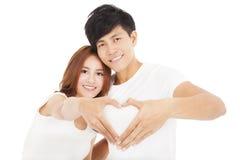 Couples faisant la forme de coeur à la main Photographie stock libre de droits