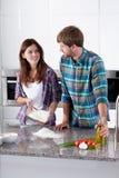 Couples faisant la pâte pour la pizza Images stock