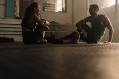 Couples faisant la pause après stage de formation au gymnase Photos libres de droits