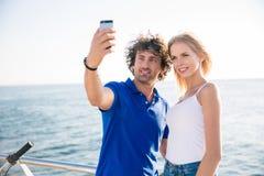 Couples faisant la photo de selfie sur le smartphone Photographie stock