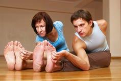 Couples faisant la pratique en matière de yoga Image libre de droits