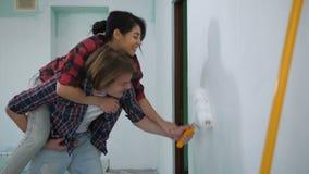 Couples faisant la restauration à la maison avec la couleur blanche banque de vidéos
